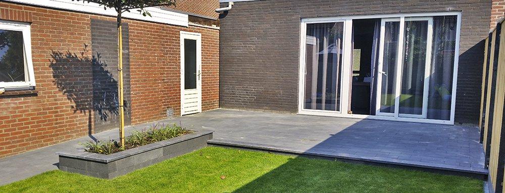 Terras aangelegd met tegels en plantenbakken