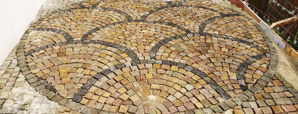 Terras aangelegd met natuurstenen keien